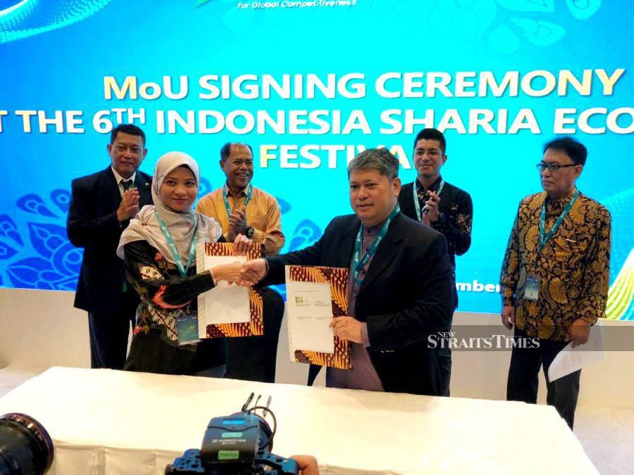 HPB executive vice president Salmi Nadia Mohd Hilmey and chief executive officer of PT Kirana Investama Nusantara Erick Firmansyah Muftie signing the MoU and witnessed by HPB president and executive deputy chairman Dato' Sri Mohd Hilmey Mohd Taib, Desa Emas Movement chairman Dr Aries Muftie and other digitaries.