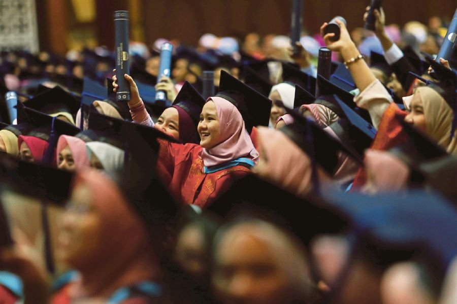 The PTPTN loan will allow students to fully or partly pay their tuition fees, as well as cover the cost of living throughout their studies. - NSTP/File pic