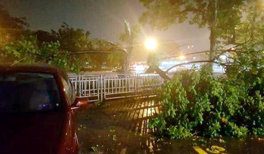Powerful Midnight Storm Batters Penang Island, Mainland
