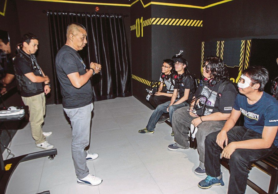 Here's how: EXA Global's CEO Richard Lee briefing the players on Dimension 12. Pix by Osman Adnan