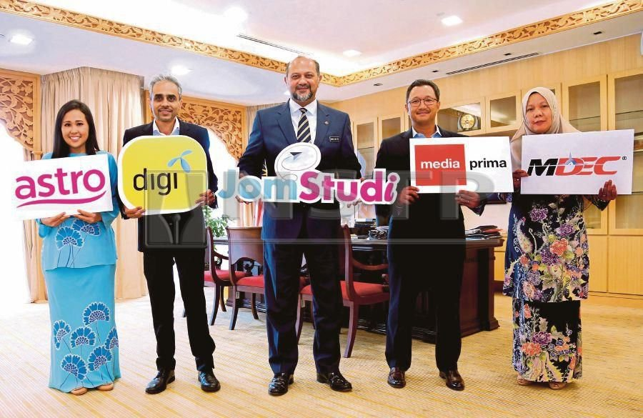 Communications and Multimedia Minister Gobind Singh Deo (centre) with (from left) GenNext Astro vice-president Putri Yasmin Megat Zaharuddin, Digi chief executive officer Albern Murty, Media Prima group managing director Datuk Kamal Khalid and MDEC chief financial officer Nor Faizah Othman at the launch of the JomStudi digital learning hub in Kuala Lumpur yesterday.