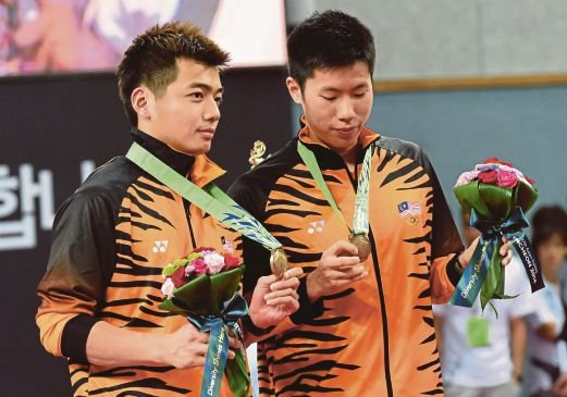 Asian Games bronze medallists Goh Wee Shem (left) and Tan Wee Kiong at the awards ceremony after the doubles final on Tuesday. AFP pic