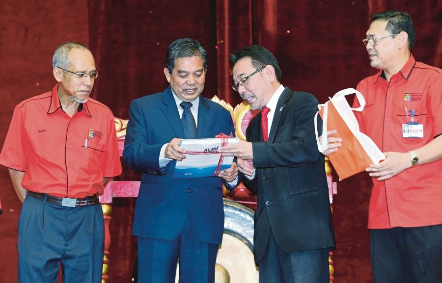 Deputy Health Minister Datuk Seri Dr Hilmi Yahaya (second from left) at the Integrated Healthcare Internship and Career Day 2017 launching ceremony at Tun Syed Nasir College in Universiti Kebangsaan Malaysia today. Pix by Salhani Ibrahim