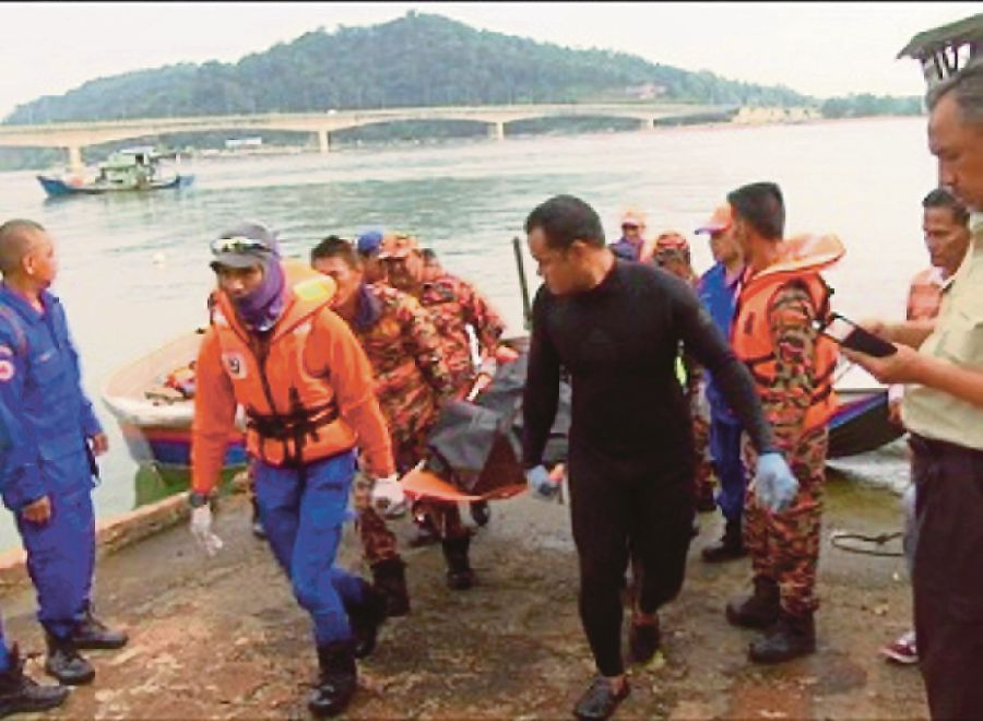 The body of Mohd Nazri Yaccob, 37, from Pasir Putih, Kelantan, was found floating at sea at 8.50am, about 300 metres away from where he was last seen. (pix by ROSLI ILHAM)