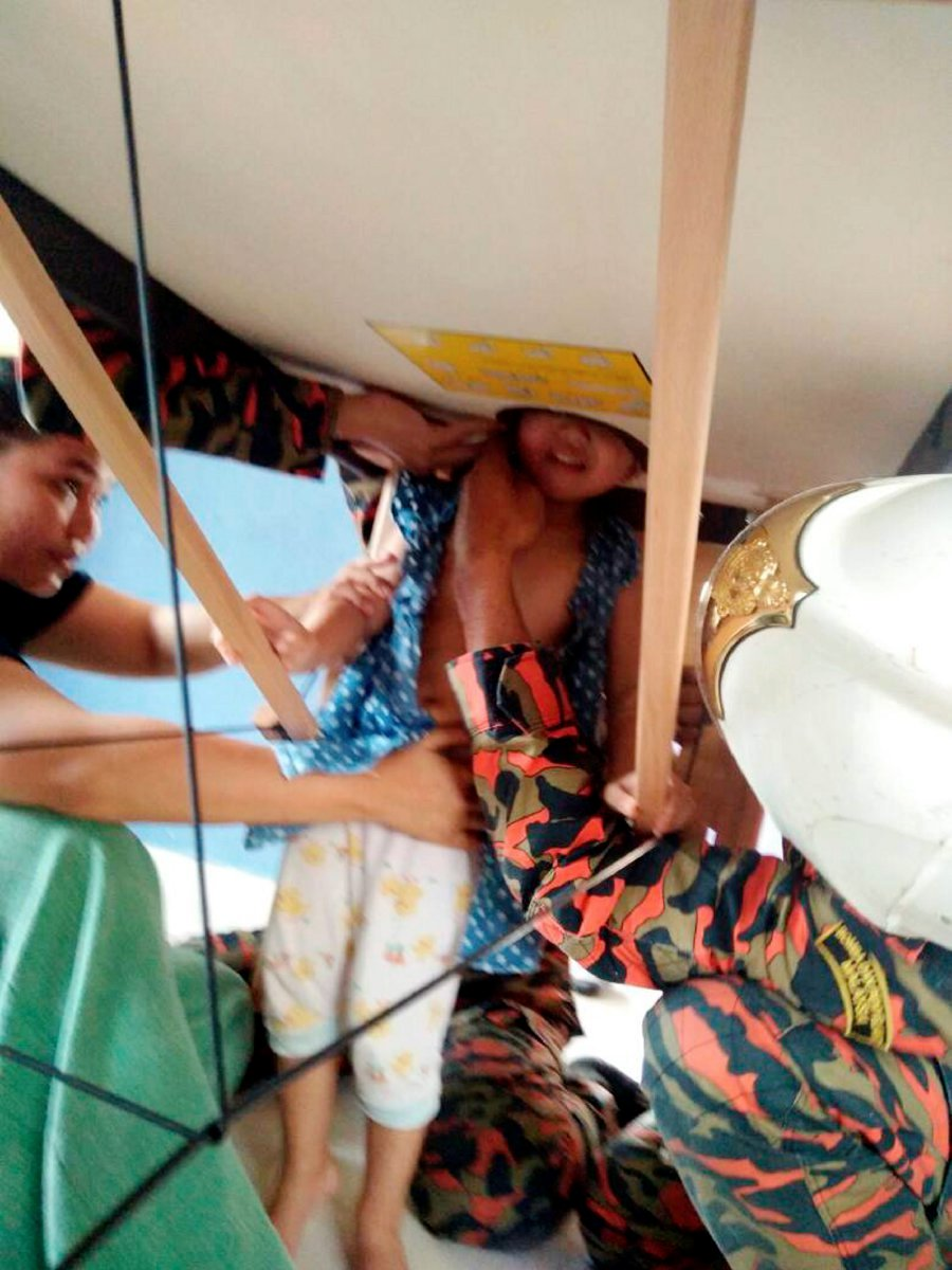 A 2 Year Old Girl Endured Nearly Half An Hour Of Pain After Getting Her Head Stuck In The Face Hole Of A Massage Bed At A Spa Near Pontian Yesterday