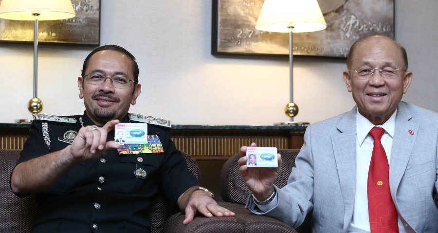 Businessmen urged to take advantage of apec card benefit new hashim r with director general of immigration malaysia datuk seri mustafar ali l showing apec business travel card abtc at sunway putra hotel colourmoves