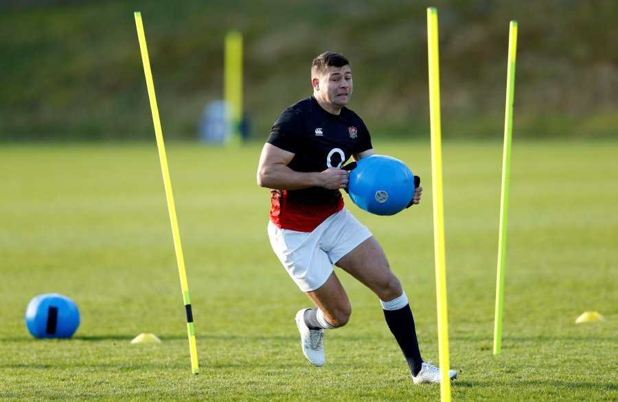 England roar but sweat on Youngs injury