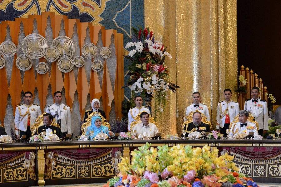 Yang di-Pertuan Agong Sultan Muhammad V (2nd from right) attends the royal banquet held in conjunction with Sultan of Brunei, Sultan Hassanal Bolkiah's (left) Golden Jubilee celebration at the Nurul Iman Palace. Also present are Sultan of Selangor Sultan Sharafuddin Idris Shah (right), Philippines president Rodrigo Duterte (3rd from right) and Permaisuri Raja Isteri Pengiran Anak Saleha. Bernama pic.