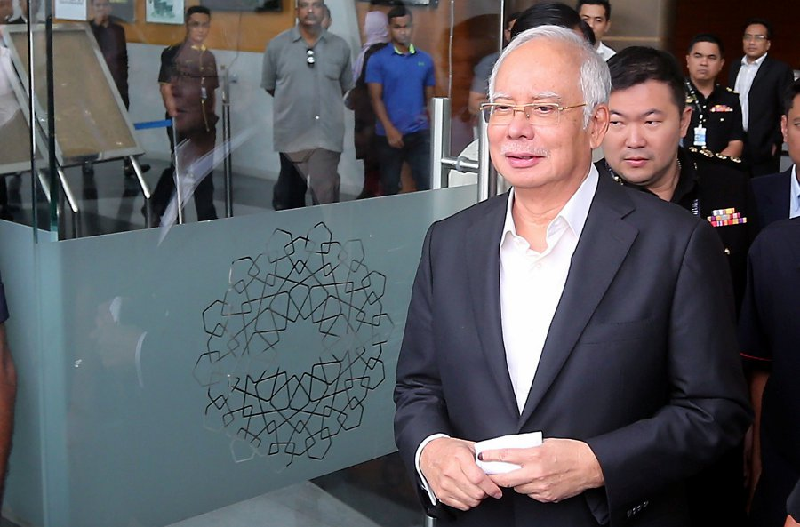 (File pix) Inland Revenue Board (IRB) says the RM2.6 billion allegedly received by former Prime Minister Datuk Seri Najib Razak is now subject to further examination. Pix by Mohd Fadli Hamzah