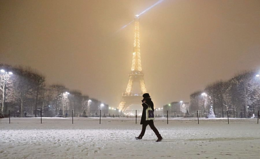 I Was Swept By Real Blast From Past >> Snow Shuts Eiffel Tower As Winter Blast Hits France New Straits