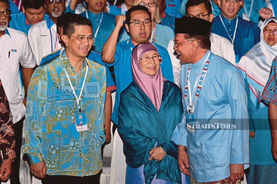 PKR president Datuk Seri Anwar Ibrahim (right) with his deputy, Datuk Seri Azmin Ali, and party advisory council chairman Datuk Seri Dr Wan Azizah Wan Ismail at the Melaka International Trade Centre yesterday. BERNAMA PIC