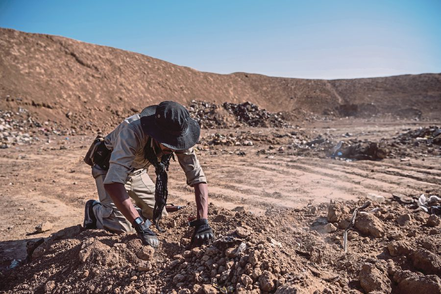 An Iraqi soldier searching for remains at the mass grave discovered at a trash dump site on the outskirts of Hammam Al-Alil after it was liberated by Iraqi forces in 2016. NYT PIC