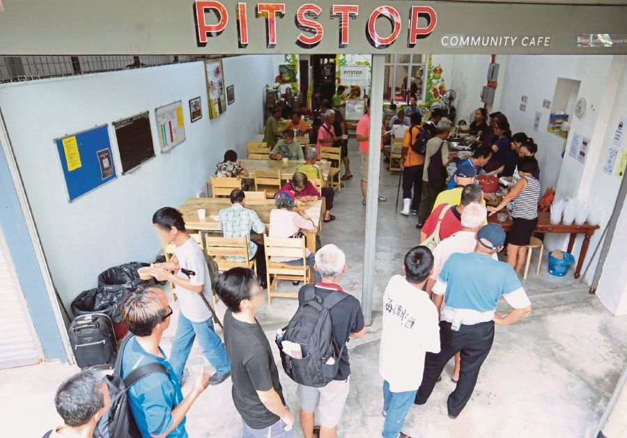 (File pix) People queuing up at the Pit Stop Community Cafe in Jalan Tun H.S. Lee, Kuala Lumpur. Pix by Khairull Azry Bidin
