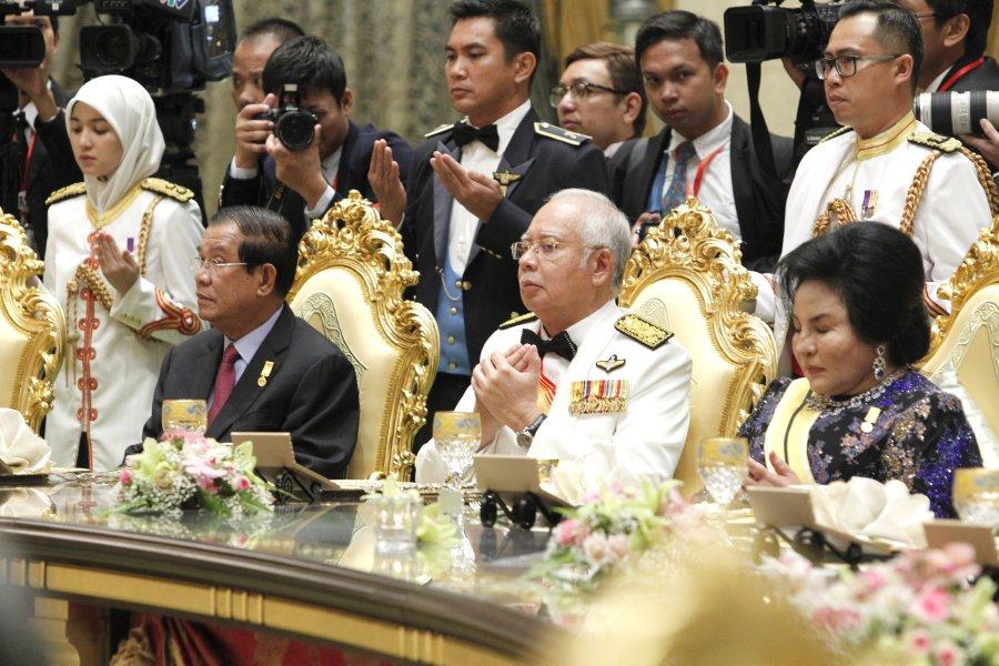 Prime Minister Datuk Seri Najib Razak (centre) and wife Datin Seri Rosmah Mansor with Cambodia President, Hun Sen (left) attend the royal banquet. EPA-EFF