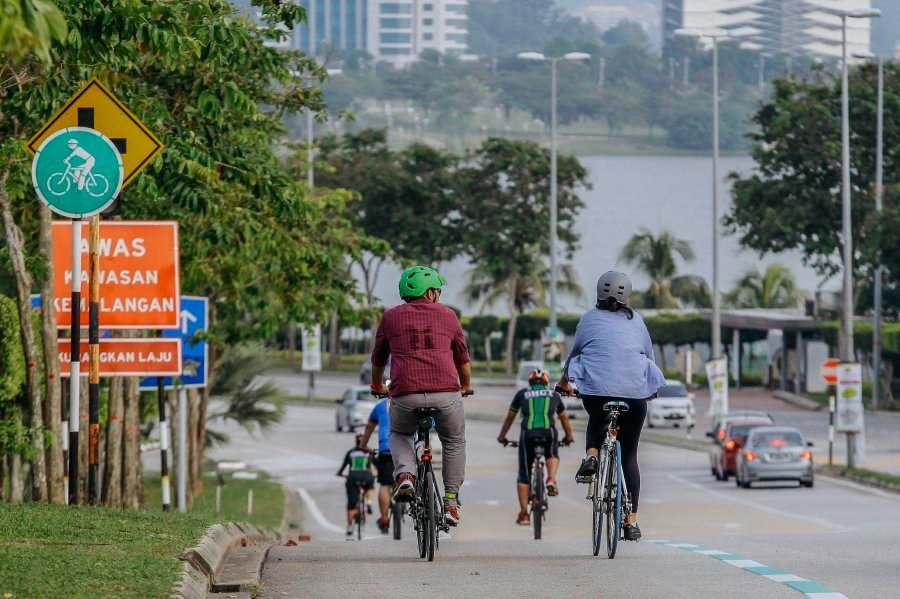 Cyberjaya has 30km of designated cycling lanes with street lights that aid night-time riding – although cyclists should still use bicycle lights when it's dark. Photo by Aizuddin Saad.