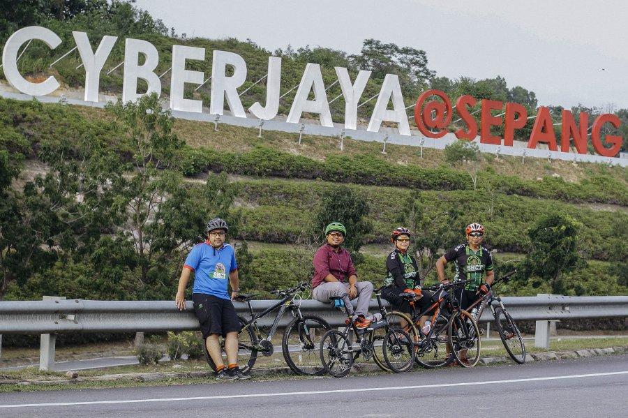 L-R, Ahmad Soalahuddin, Fadzli Mohd, Raja Sazita and Hassan Basri Che Ros from the Setia Haruman Cycling Club. Photo by Aizuddin Saad.