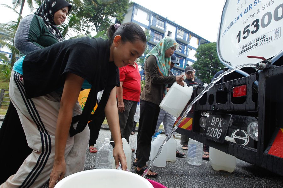 (File pix) Water supply disruption in the Klang Valley may result in economic losses of billions of ringgit because of decline in production, cost increases and productivity drops. Pix by Saddam Yusoff