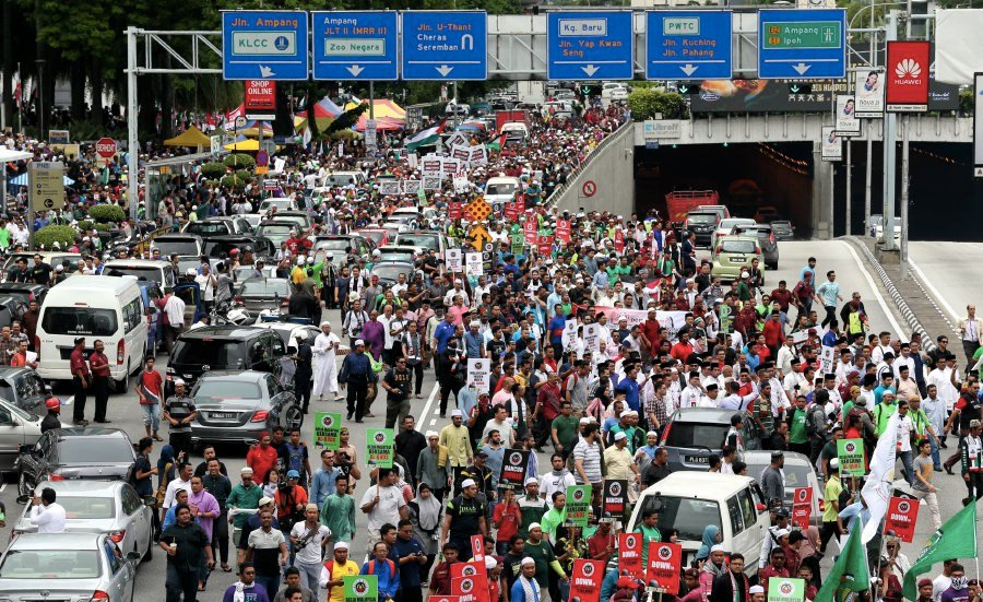 Large crowd joined the demonstration as they marched towards the United States embassy in Jalan Tun Razak. Pic by MOHAMAD SHAHRIL BADRI SAALI