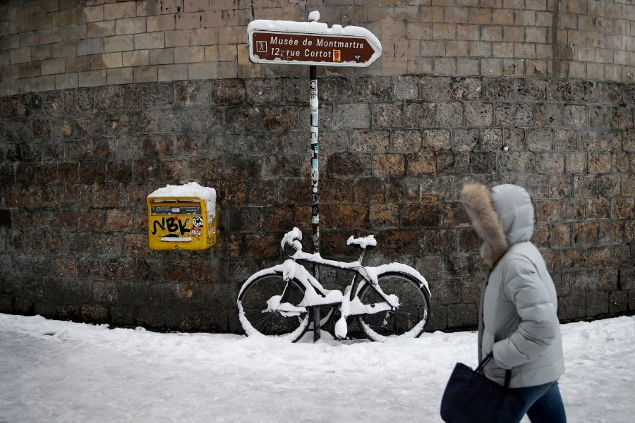 Traffic chaos worsens in snow-bound Paris | New Straits