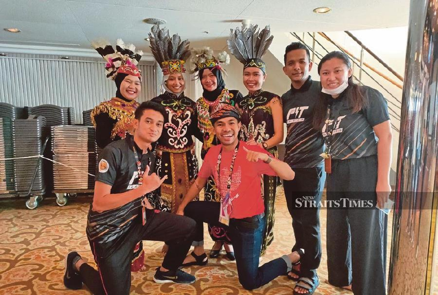 The Malaysian and Indonesian youths collaborate for the Participating Youth Seminar on the Magunatip dance.