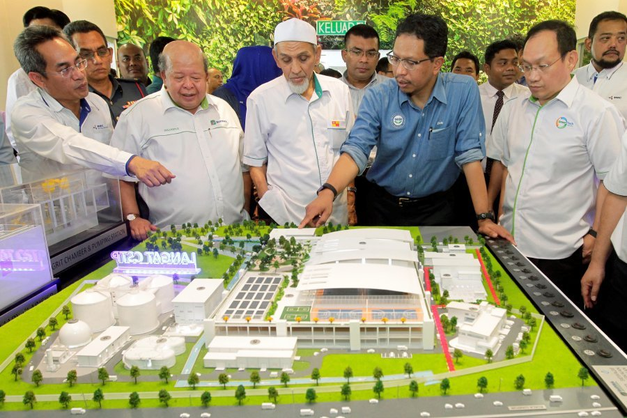 Energy, Green Technology, and Water Ministry secretary-general Datuk Seri Zaini Ujang (second from right) at the launching of the Public Information Centre about the plant at Kampung Balak, Kajang, Selangor. Pix by Aizuddin Saad