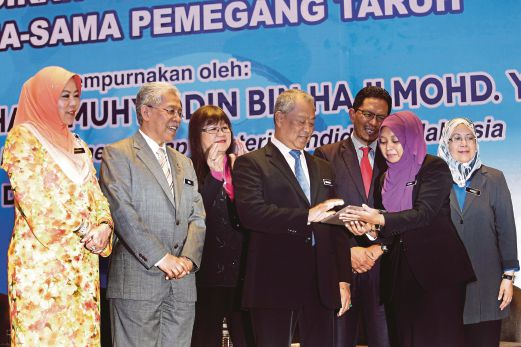 Higher education plan to be centred on 10 shifts new straits tan sri muhyiddin yassin launching the higher education blueprint website in kuala lumpur yesterday with him are from left education ministry malvernweather Image collections
