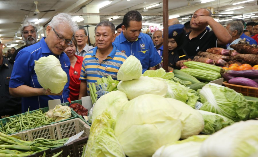 The Domestic Trade, Cooperatives and Consumerism Ministry today urged traders to be ethical during festive season. (Pix by L MANIMARAN)