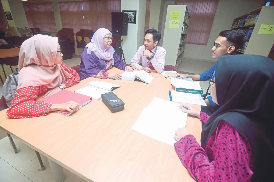 Noraini Idris (second from left) and University of Malaya's science matriculation students discussing their experience in learning science and mathematics in the programme.