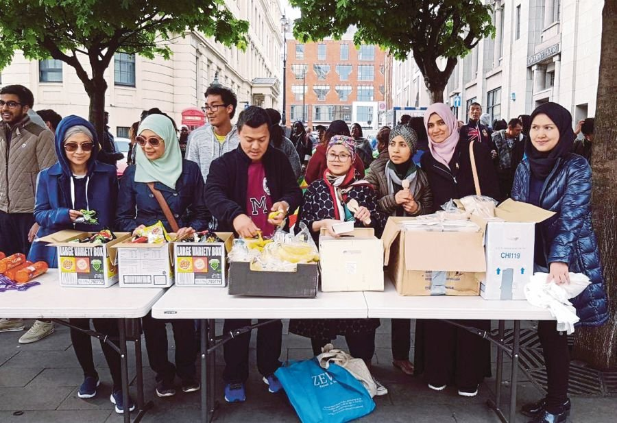 Volunteers getting ready to distribute food to the homeless last Saturday.