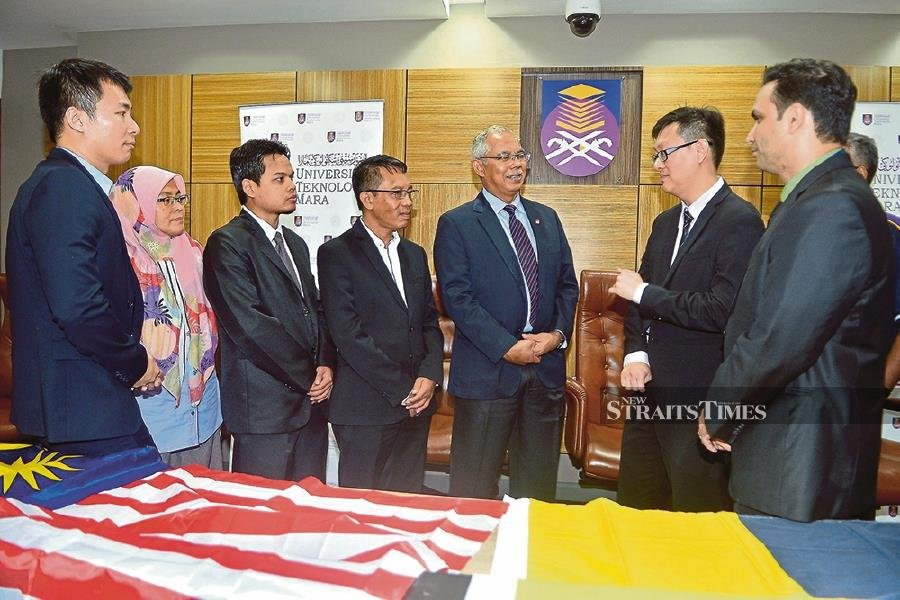 Dr Heo Chong Chin (second from right) explaining the details of the expedition to the Antarctica to Emeritus Professor Datuk Dr Mohd Azraai Kassim (fifth from left) and Mohd Nasaruddin Abd Rahman (fourth from left). -NSTP/Faiz Anuar
