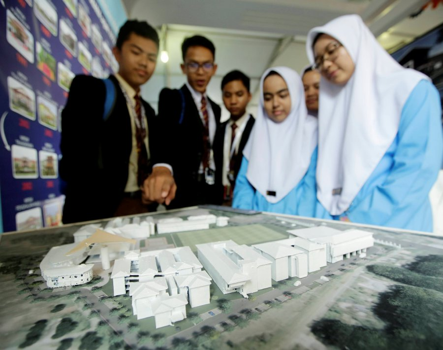 Some of the students watched the MRSM Ulul Albab design replica at Ketereh, Kelantan. (pix by SYARAFIQ ABD SAMAD)