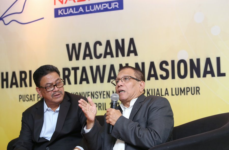 Malaysian National News Agency (Bernama) general manager Datuk Zulkefli Salleh (left) Persatuan Wartawan Indonesia manager, Henry CH Bangun during the Wacana Hari Wartawan Nasional Malaysia (HAWANA) programme today. Pix by Rosela Ismail