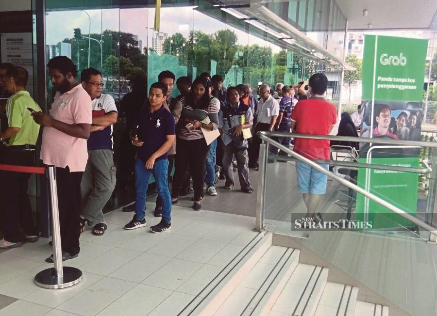 Grab drivers rush for licence on final day | New Straits Times