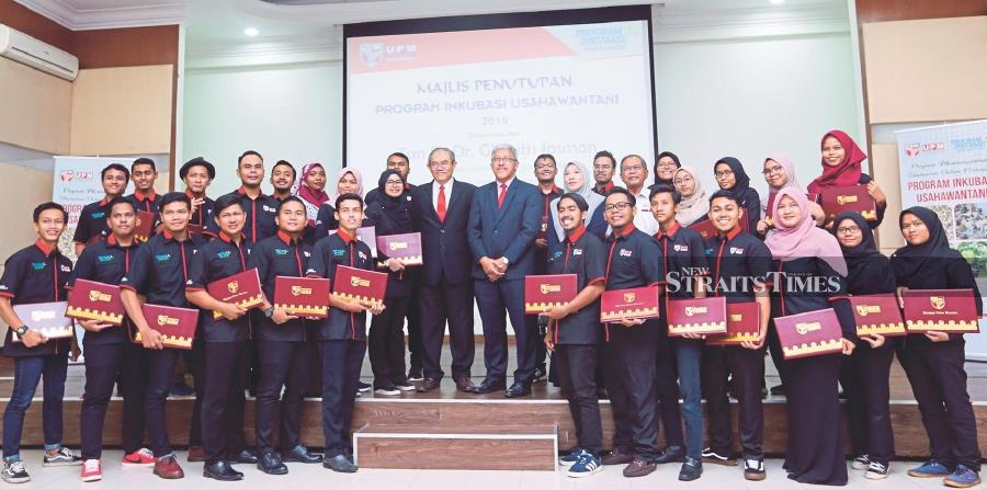 (Second row) Universiti Putra Malaysia (UPM) Board of Directors chairman Tan Sri Dr Ghauth Jasmon (eighth from right), UPM Agriculture Faculty dean Professor Dr Abdul Shukor Juraimi (seventh from right) and Programme coordinator and UPM Agriculture Faculty fellow Sahbani Saimin (fifth from right) at the 2019 UPM Agripreneur Incubation Programme closing ceremony.- NSTP/Rosela Ismail