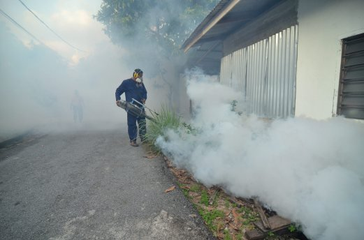 (File pix) Fogging work underway. Selangor continues to hold the highest number of dengue cases in the country, with a total of 2,283 cases from January 3 to 12. Pix by MOHD SYAFIQ AMBAK.