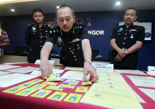 Selangor Commercial Crime Department head ACP Mohd Sakri Arifin says police have arrested two suspects allegedly involved in fabricating and selling Selangor royal palace documents and identity cards.Pix by INTAN NUR ELLIANA ZAKARIA