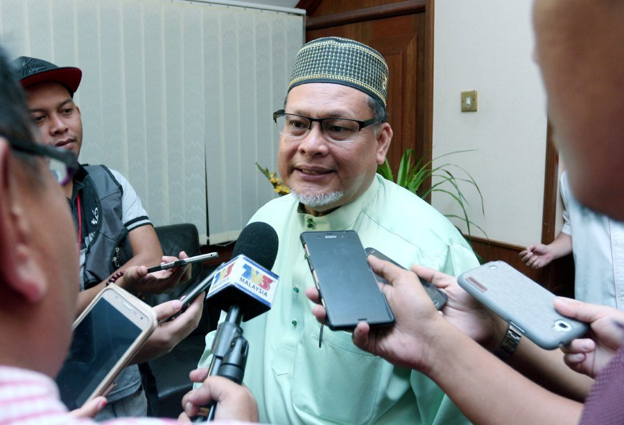 (File pix) The amendment, the sentencing can be carried out in public or prison depending on the court's decision. This is in accordance with the religion, as in Islam the sentencing must be done in public said Deputy Menteri Besar Datuk Mohd Amar Nik Abdullah. (pix by FARIS ZAINULDIN)