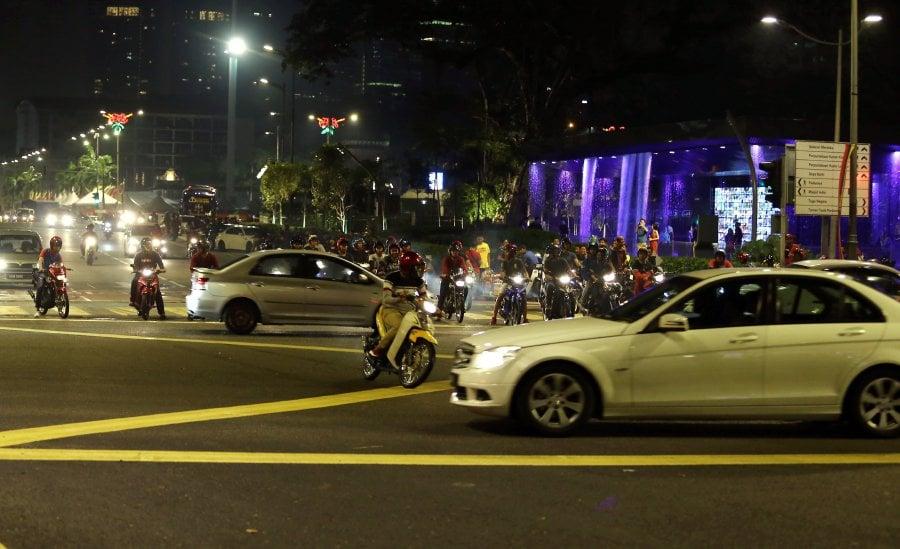 A mat rempit speeds up despite an on coming car at Jalan Raja Laut. Pic by MOHD KHAIRUL HELMY MOHD DIN