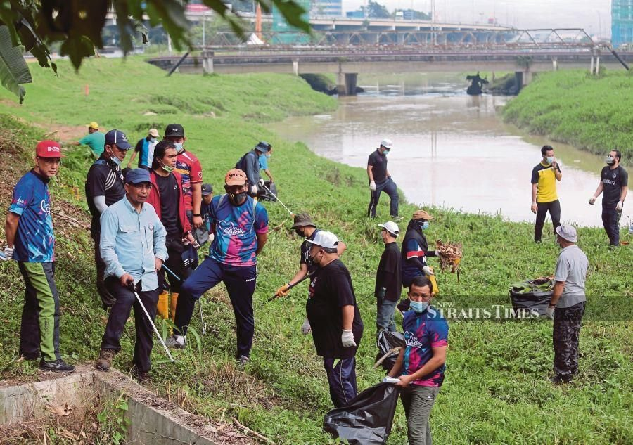Participants carrying out a gotong royong activity during the  'MSU Sungai Damansara National River Trail Project' programme in Shah Alam recently. -NSTP/MUHAMMAD ASYRAF SAWAL