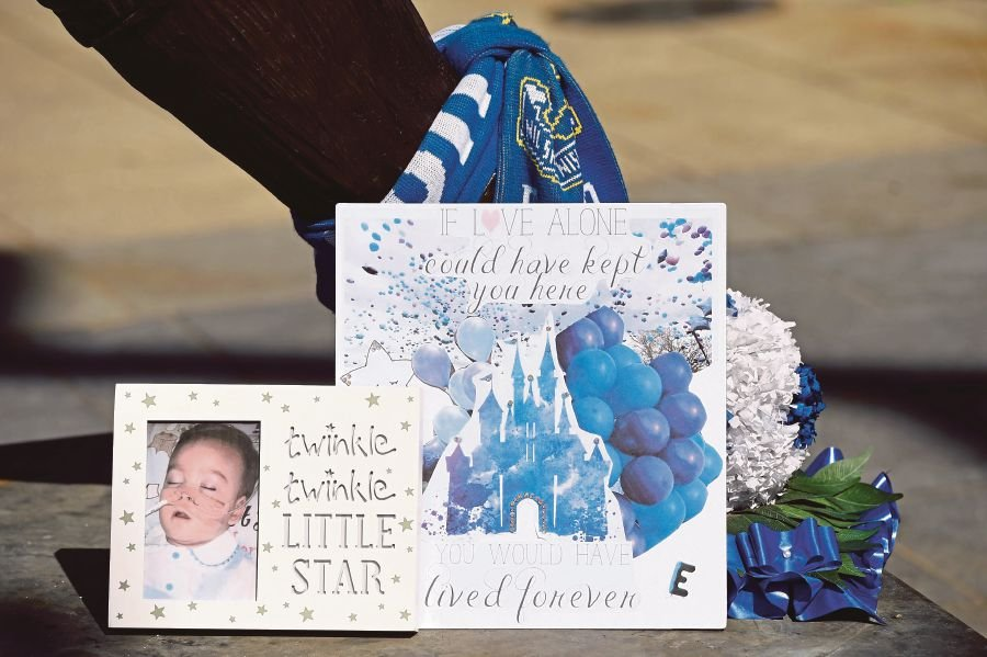 Hundreds say goodbye to British toddler Alfie Evans