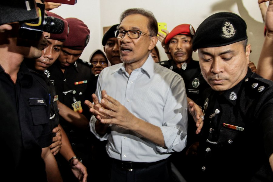 Crowd gathers at Cheras Hospital in anticipation of Anwar's release [NSTTV]