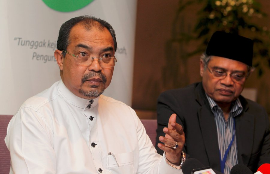 Minister in the Prime Minister's Department Datuk Seri Jamil Khir Baharom (left) and Jakim director-general Tan Sri Othman Mustapha (right) would seek an audience with the ruler as soon as possible. (pix by AHMAD IRHAM MOHD NOOR)
