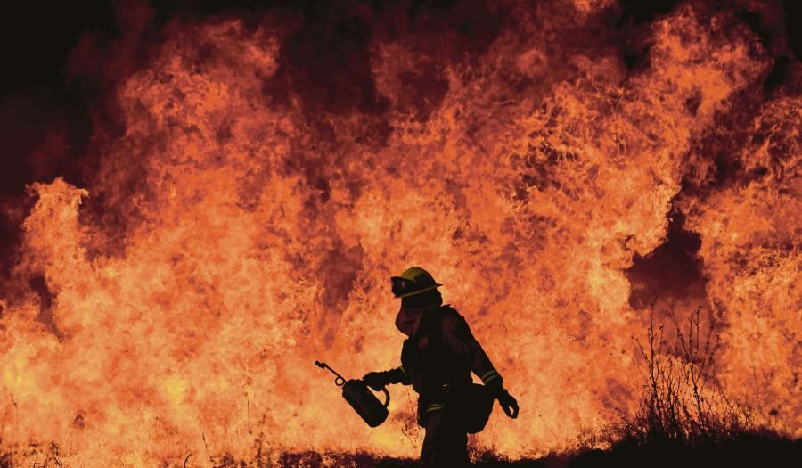 Firefighter dies, thousands more take on California blaze