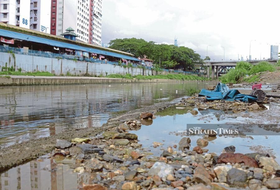 An estimated 2,200 tonnes of rubbish are dumped into Malaysian waterways every month. - NSTP file pic