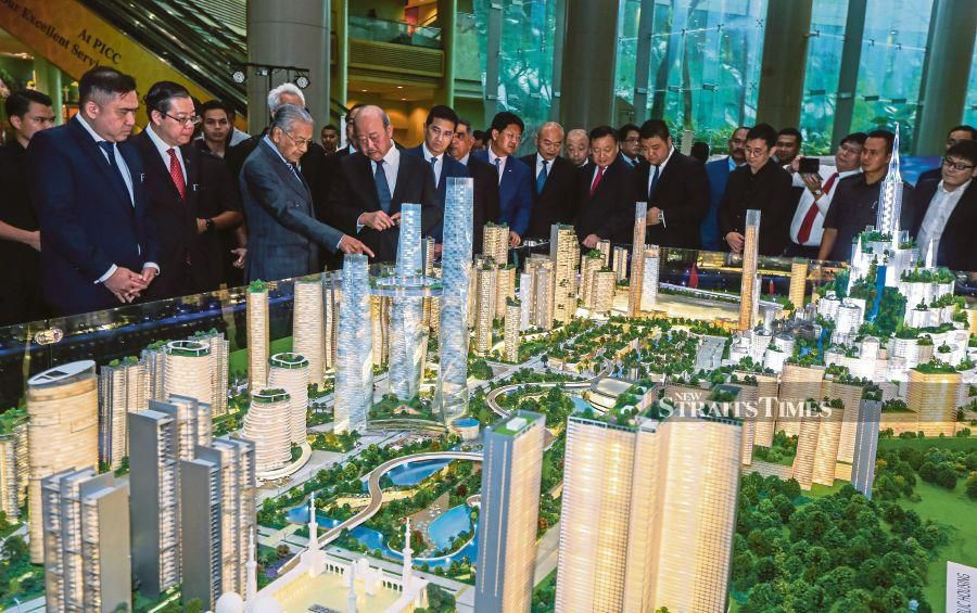 Prime Minister Tun Dr Mahathir Mohamad looking at the scale model of Bandar Malaysia. NSTP/LUQMAN HAKIM ZUBIR