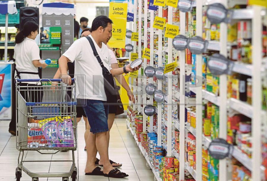 (File pix) RAM Rating Services Bhd says the overall inflation was predicted to average 1.3 per cent in 2018 from 3.7 per cent in 2017, largely due to the easing of food inflation, reinstatement of fuel subsidies and zero-rating of the Goods and Services Tax (GST).