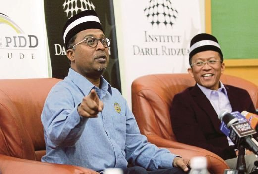 Datuk Seri Dr Zambry Abd Kadir (left) with Dr Mazalan Kamis at a press conference after the pre-launch of the Pangkor International Development Dialogue (PIDD) 2014. Pic by Muhaizan Yahya