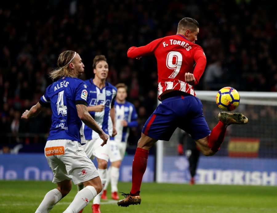 Atletico Madrid leapfrogged Valencia into second in La Liga thanks to Fernando Torres's first goal at the Wanda Metropolitano to edge out Alaves 1-0 on Saturday. (Reuters photo)