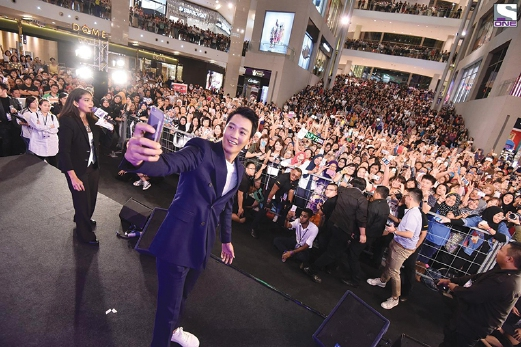 Fans showered Doctors star, Kim Rae-Won, with deafening screams and