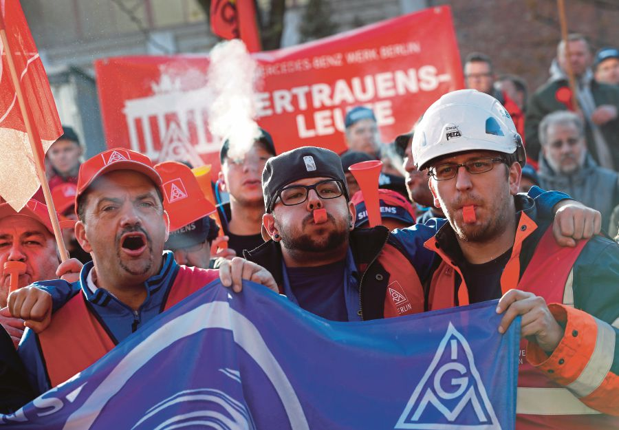 Nearly 2,000 Siemens employees protest against job cuts | New